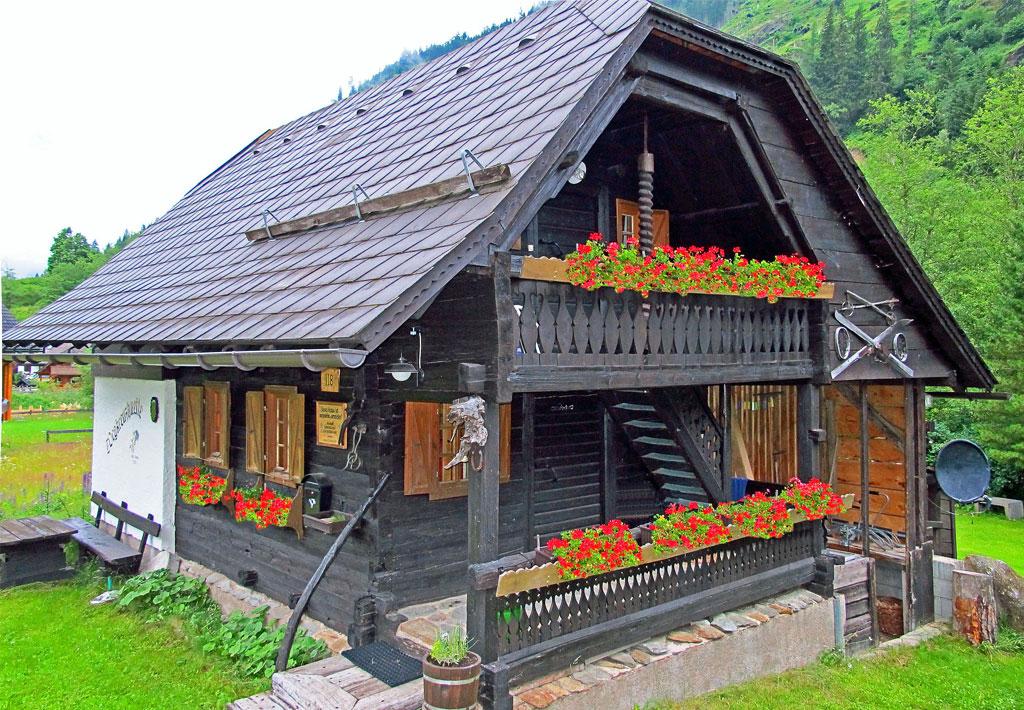 Wegkreuzhütte im Sommer